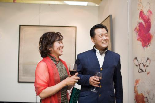 BoB NYC Art Galleries - Couple drinking wine wathcing Exhibition